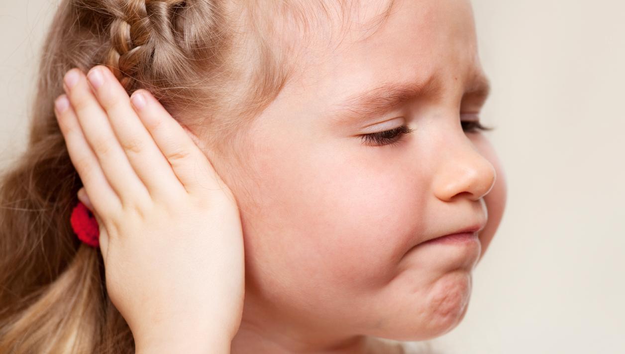 Khi trẻ đau, đừng cố lấy ra mà hãy đưa ngay đến bệnh viên. (Ảnh: Internet)