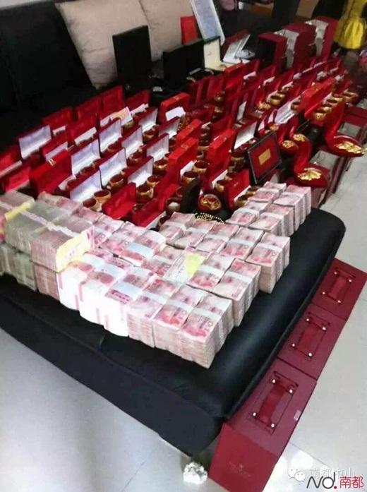 ...mà còn trao cho cô dâu sính lễ hơn 10 tỉ đồng tiền mặt và cực nhiều vàng. (Nguồn Internet)