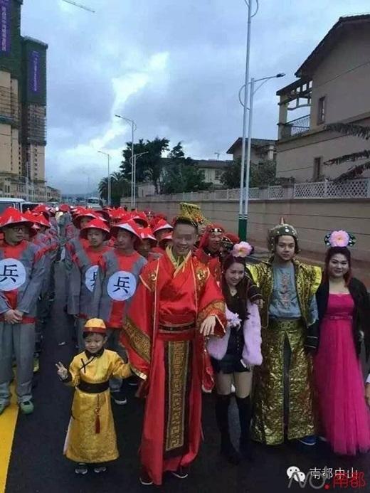 """Chúrể """"hoàng thượng""""là người gốc Tam Hương,sau nàymới chuyển đến Ma Cau và quen cô dâu, hai người đãyêu nhau 9 nămtrước khi làmđám cưới. (Nguồn Internet)"""