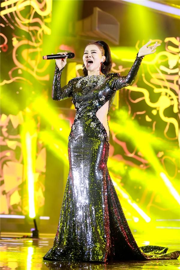 Nữ ca sĩ vô cùng xinh đẹp, nổi bật với bộ đầm ánh kim lấp lánh. - Tin sao Viet - Tin tuc sao Viet - Scandal sao Viet - Tin tuc cua Sao - Tin cua Sao