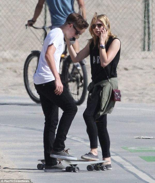 Brooklyn Beckham khoe ảnh ôm ấp tình cảm với bạn gái bí mật?