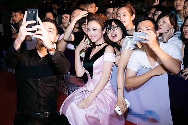Không những thế, cặp đôi còn thoải mái tạo dáng selfie cùng khán giả ngay trên thảm đỏ. - Tin sao Viet - Tin tuc sao Viet - Scandal sao Viet - Tin tuc cua Sao - Tin cua Sao