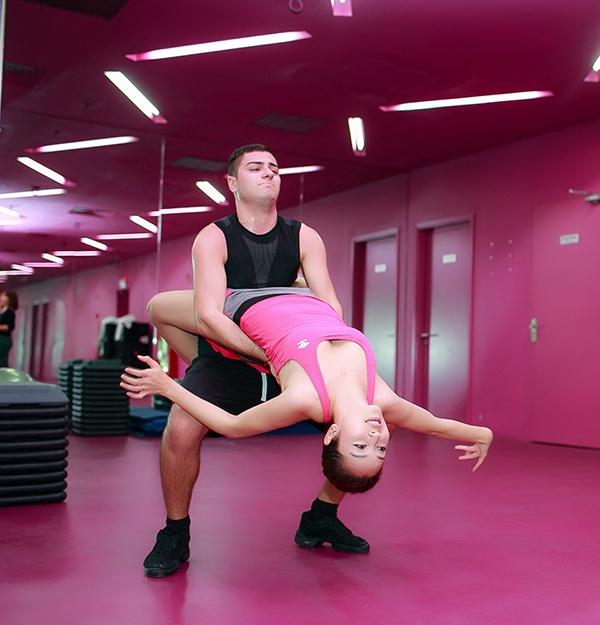 Dù nhận lời tham gia cuối cùng vàchưa từngtập luyện nhiều về thể loại dance sportnhưng cô được bạn nhảy Teodor Georgievkhen ngợi và hết lòng giúp đỡ. - Tin sao Viet - Tin tuc sao Viet - Scandal sao Viet - Tin tuc cua Sao - Tin cua Sao
