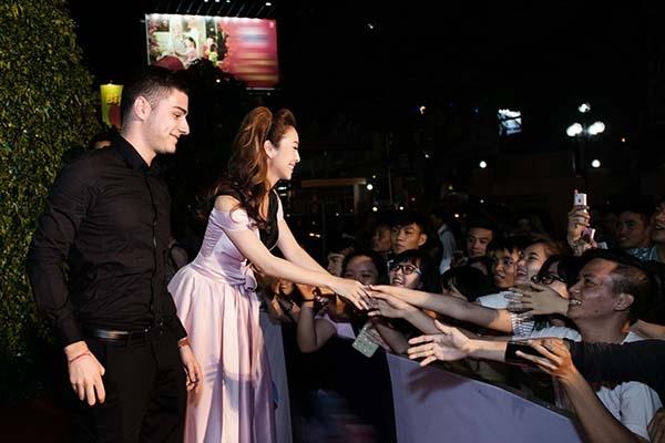 Hoa hậurất vui vẻ bắt tay giao lưu cùng người hâm mộ. - Tin sao Viet - Tin tuc sao Viet - Scandal sao Viet - Tin tuc cua Sao - Tin cua Sao