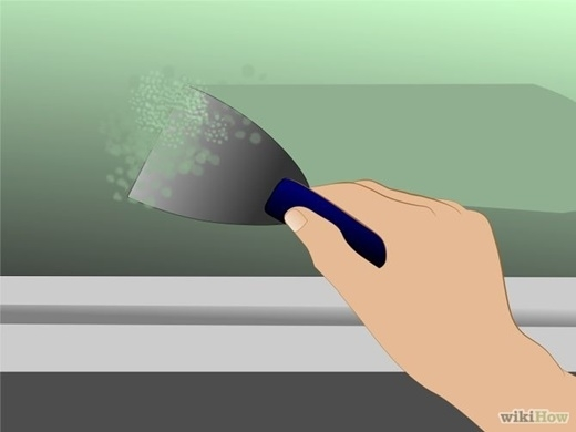 Nếu trần nhà đã được sơn, nhưng vết sơn đã bị bong tróc, bạn nên dùng xẻng để làm tróc lớp sơn bị nấm mốc hủy hoại. Phải đảm bảo không còn bất kìvệt sơn nào chứa nấm mốc trên trần nhà, có như vậy nấm mốc mới bị tiêu diệt.(Nguồn Internet)