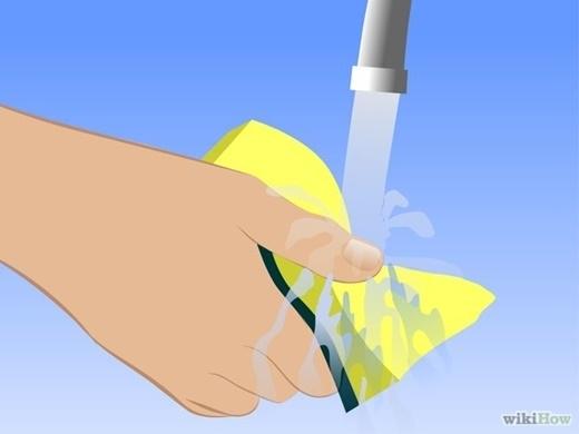 Rửa sạch miếng rửa chén sau khi lau xong, để tránh làm nấm mốc lây lan. Nếu kĩ hơn, bạn có thể rửa sạch miếng rửa chén sau mỗi lần lau.(Nguồn Internet)
