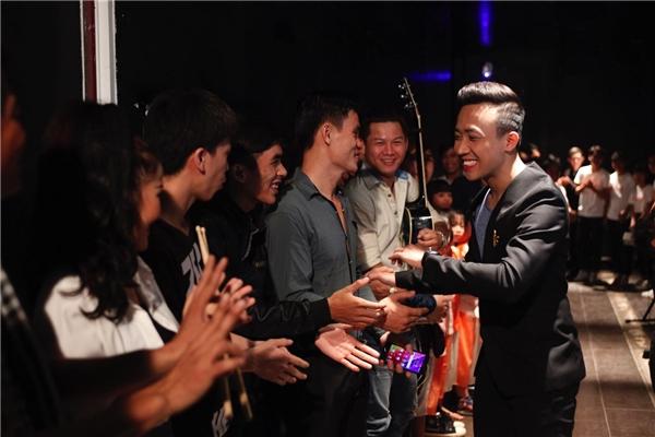 """Trấn Thành được các thí sinh """"săn đón"""" nồng nhiệt ở Vietnam's Got Talent 2016. - Tin sao Viet - Tin tuc sao Viet - Scandal sao Viet - Tin tuc cua Sao - Tin cua Sao"""