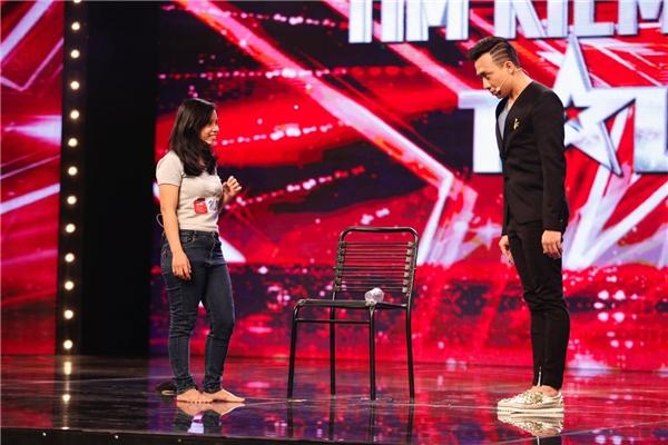 Những động tác diễn xuất quen thuộc của Trấn Thành khi đứng trên sân khấu hỗ trợ cho tiết mục của thí sinh. - Tin sao Viet - Tin tuc sao Viet - Scandal sao Viet - Tin tuc cua Sao - Tin cua Sao
