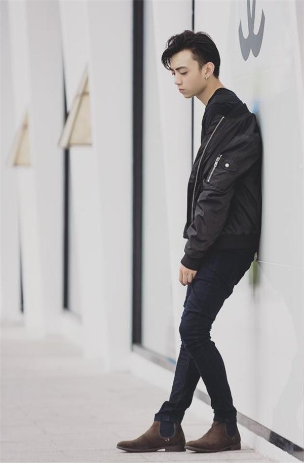 Sắc đen luôn là lựa chọn yêu thích của Soobin Hoàng Sơn. Dù diện trang phục chỉ có một màu nhưng Soobin Hoàng Sơn chưa bao giờ đơn điệu bởi cách kết hợp nhiều chất liệu tinh tế.