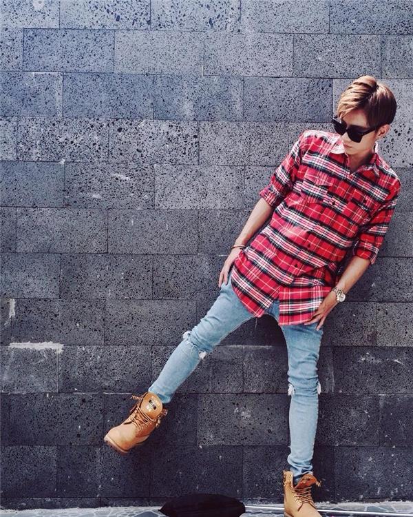 Thỉnh thoảng, chàng ca sĩ trẻ vẫn diện những tông màu nổi như: đỏ, cam… Nếu như với trang phục, Soobin gần như ít thay đổi thì kiểu tóc luôn giúp chàng ca sĩ trẻ trở nên mới mẻ với những diện mạo khác nhau.