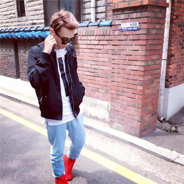 Những đôi giày thể thao năng động, trẻ trung luôn là món phụ kiện không thể thiếu của Soobin trong bất kì dịp xuống phố nào.