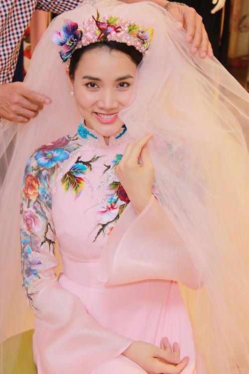 Người đẹp bẽn lẽn che mặt với dải khăn voan trên mấn đội đầy - Tin sao Viet - Tin tuc sao Viet - Scandal sao Viet - Tin tuc cua Sao - Tin cua Sao