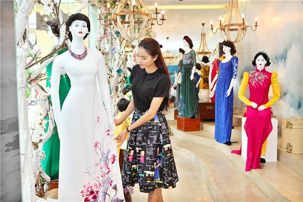 Mới đây, Phạm Hương đã có buổi thử trang phục cùng nhà thiết kế Đinh Văn Thơ - chủ nhân của show diễn thời trang này. Hoa hậu Hoàn vũ Việt Nam 2015 diện bộ trang phục nhẹ nhàng, điệu đà nhưng vẫn bắt mắt bởi những họa tiết in độc đáo.