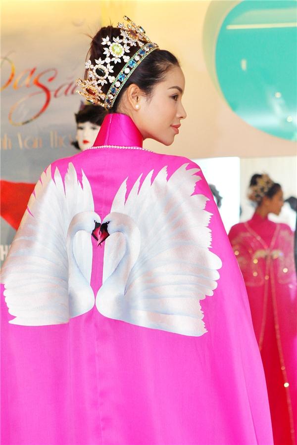 Phạm Hương lộng lẫy với áo dài hồng, đầu đội vương miện