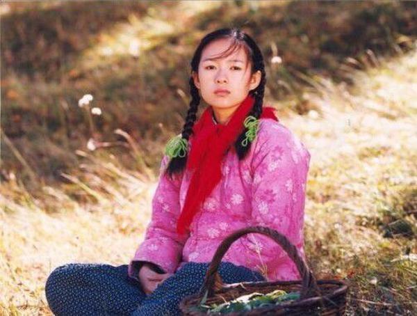 Hình ảnh gái quê với mái tóc tết bím 2 bên, áo bông dày sụ trong Đường Về Nhà đã giúp Chương Tử Di vươn xa ra thị trường điện ảnh quốc tế. Đây cũng được coi là một trong những nhân vật ấn tượng nhất trên màn ảnh lớn của Hoa ngữ.
