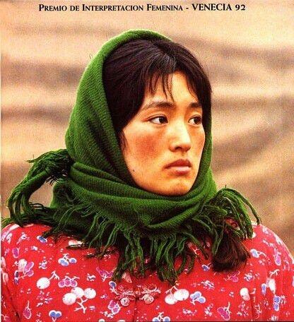 Trước Chương Tử Di, Củng Lợi là sao nữ đầu tiên mang hình ảnh người phụ nữ nông thônTrung Hoa đến với thế giới. Bộ phim Thu Cúc Đi Kiện đã giúp Củng Lợi chứng minh được tài năng diễn xuất đặc biệt của mình.