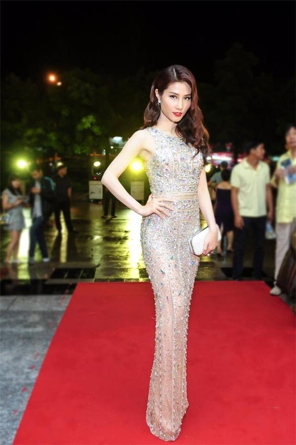 Trên thảm đỏ chung kết Hoa hậu Hoàn vũ Việt Nam 2015, dù không diện váy bồng xòe, nữ diễn viên vẫn không hề kém cạnh bất kì mĩ nhân nào khi diện bộ váy xuyên thấu gợi cảm của nhà thiết kế Lý Quí Khánh. Thiết kế tạo điểm nhấn bởi hàng nghìn viên đá đính kết kì công.