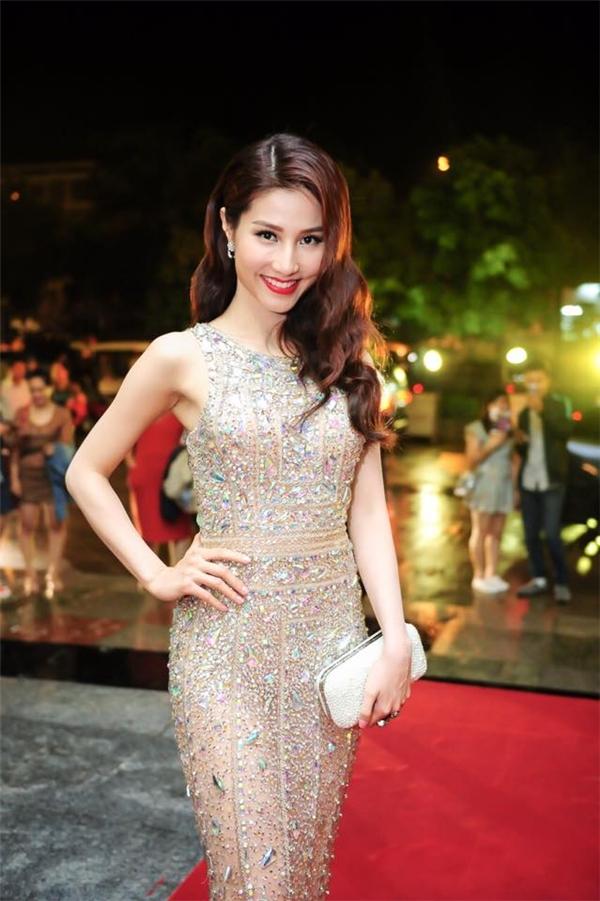Kiểu tóc xoăn nhẹ nhàng cùng phụ kiện được nữ diễn viên chọn phối hòa hợp với trang phục.