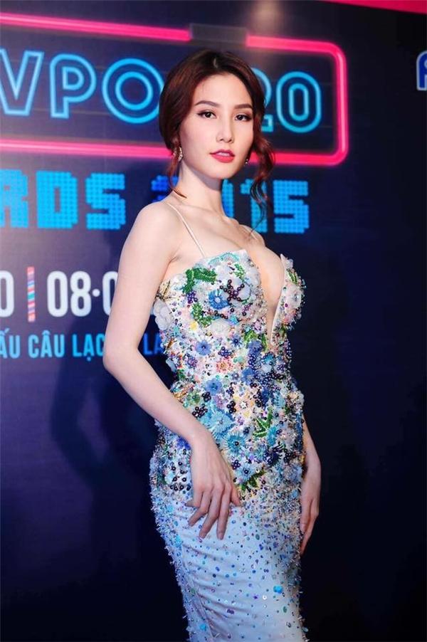 Xuất hiện trên thảm đỏ Yan Vpop 20, Diễm My gợi cảm ấn tượng trong bộ váy đính kết họa tiết hoa lá nhiều màu sắc rực rỡ. Mặc dù không sở hữu chiều cao nổi bật nhưng chính tỉ lệ thân người cân đối luôn giúp nữ diễn viên luôn tự tin diện trang phục ôm sát,, cắt xẻ.