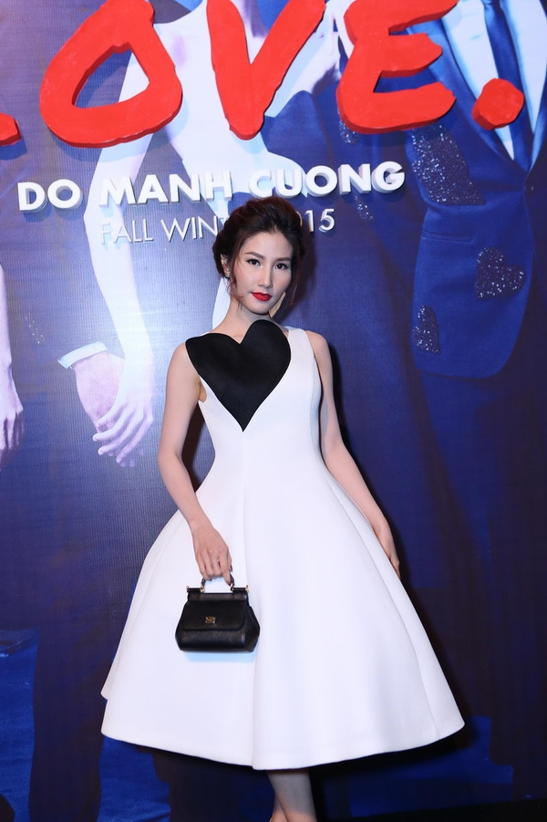 Chiếc đầm trắng xòe kết hợp họa tiết tim đen tương phản vừa đơn giản nhưng không kém phần sang trọng giúp Diễm My tỏa sáng trên thảm đỏ show diễn Thu - Đông năm 2015 của nhà thiết kế Đỗ Mạnh Cường.