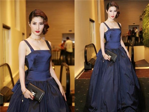 Nữ diễn viên xinh đẹp hóa thân thành quý cô cổ điển với mái tóc xoăn, màu môi đỏ cùng dáng váy xòe của nhà thiết kế Lâm Gia Khang.