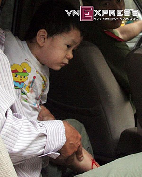 Một bé trai ở trường Mầm non 10A trên đường Gò Cẩm Đệm, quận Tân Bình, TP HCM bị kẻ bắt cócdùng dao khống chế cuối năm 2012. (Ảnh: Internet)