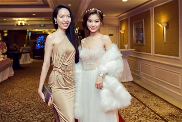 Diễm Trang cũng kết hợp khăn choàng lông cùng chiếc váy trắng xòe nhẹ nhàng trong tiệc cưới vào cuối tháng 12 vừa qua. Kiểu trang điểm và làm tóc được Á hậu Việt Nam 2014 tạo nên sự đồng điệu nhờ âm hưởng thời trang cổ điển.
