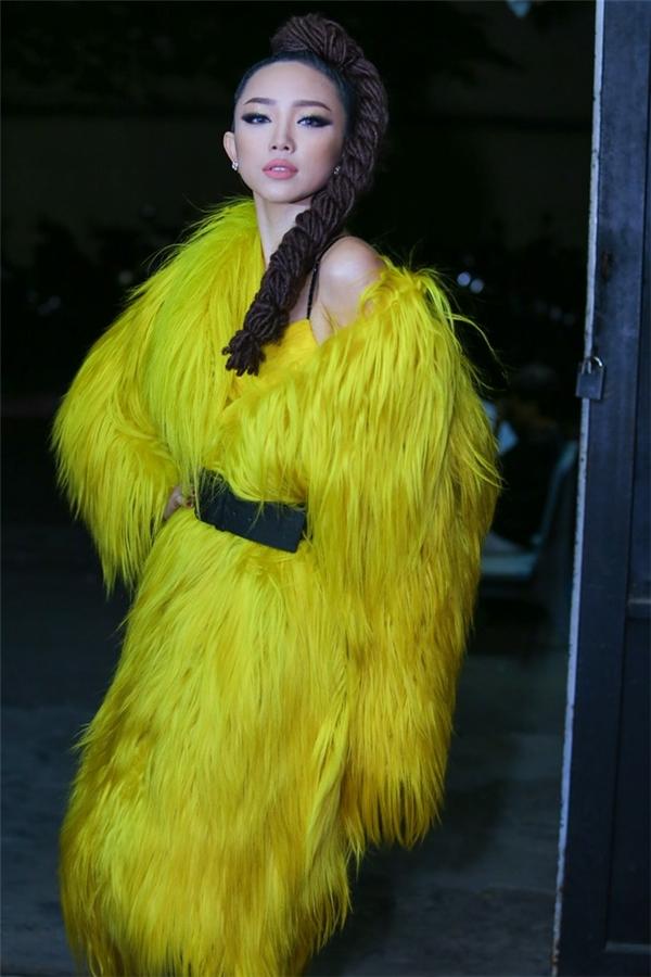 Trên sân khấu Làn sóng xanh 2015, Tóc Tiên gây ấn tượng mạnh mẽ khi diện chiếc áo khoác lông màu vàng rực rỡ. Đây là thiết kế nằm trong bộ sưu tập Love - Tình yêu của nhà thiết kế Đỗ Mạnh Cường vừa trình làng cách đây không lâu.
