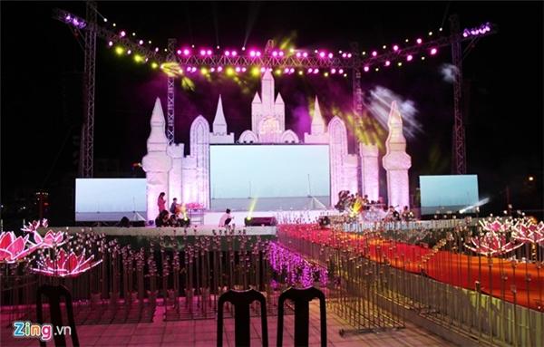 Nhiều người đã choáng váng khi thấy sân khấu hoành tráng của đám cưới này. Ảnh: Zing