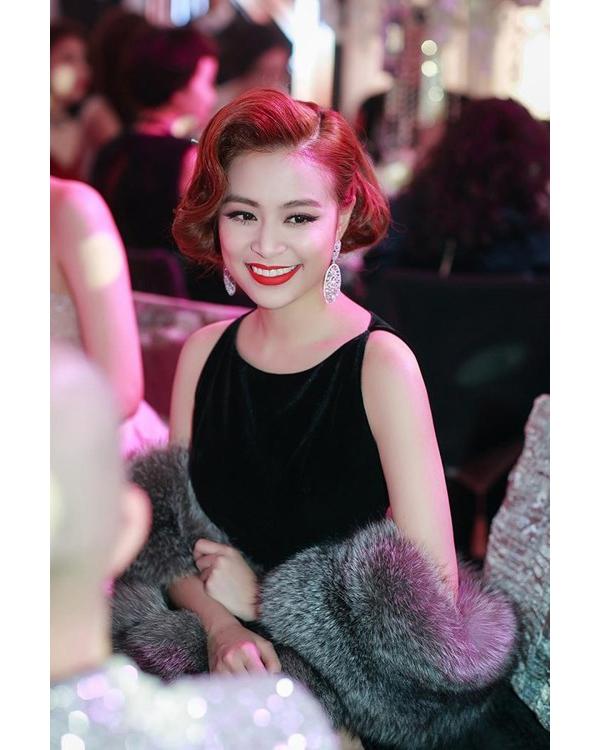 Hoàng Thùy Linh với vẻ đẹp cổ điển khá giống với cô vợ củaEddie Redmayne.