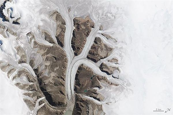 Dòng sông băng ở vườn quốc gia Sirmilik ở Mittimatalik, vùng lãnh thổ Nunavut, Canada.