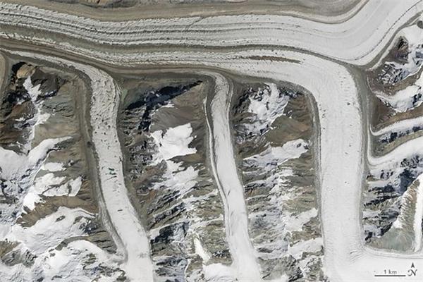 Dòng sông băng ở trên núi Tian Shan nằm ở phía Đông Bắc Kyrgyzstan.