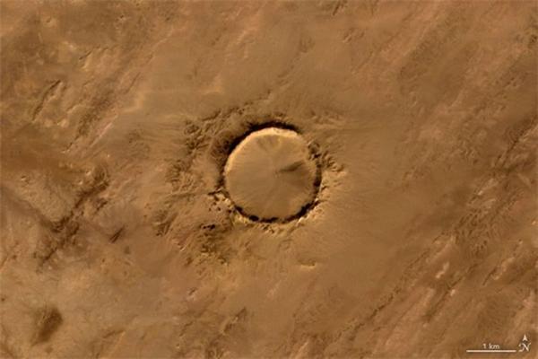 Thiên thạch Tenoumer trong miệng núi nửa ở Cộng hòa hồi giáo Mauritania.