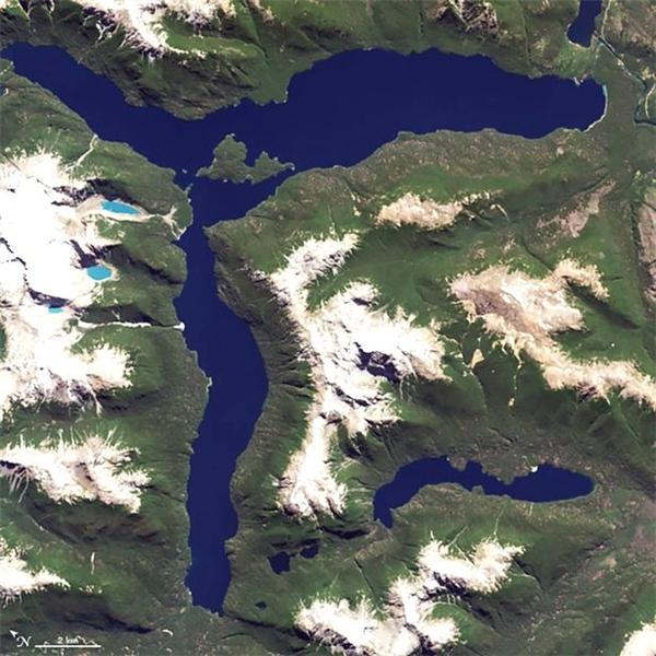 Hồ Lago Menendez trong khuôn viên vườn quốc gia Los Alerces ở Argentina.