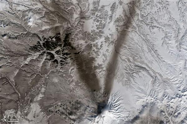 Tuyết bao phủ trên núi nửa Shiveluch ở bán đảo Kamchatka ở Nga.
