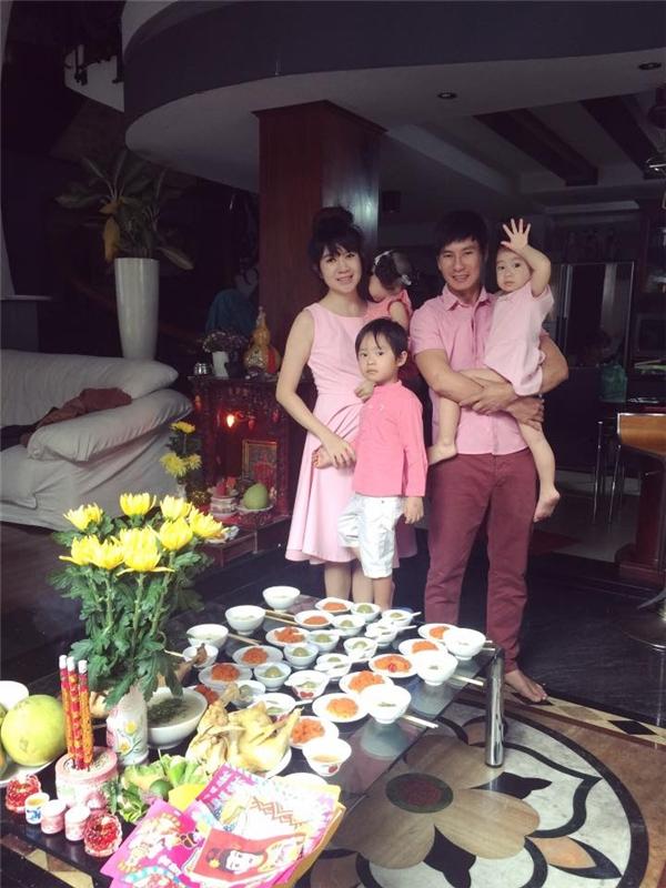 Cả nhà chọn sắc hồng làm chủ đạo trong bữa tiệc hôm đó. - Tin sao Viet - Tin tuc sao Viet - Scandal sao Viet - Tin tuc cua Sao - Tin cua Sao