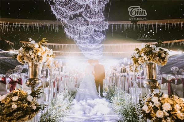 Mới đây, loạt ảnh ghi lại lễ cưới của cặp đôi này đã được tiết lộ và chắc chắn sẽ khiến cho những người quan tâm đến cặp đôi này trố mắt vì độ hoành tráng.