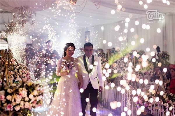 Kinh phí tổ chức lễ cưới này cũng được chia sẻ là hàng tỷ đồng, trước đó kinh phí thực hiện bộ ảnh cưới được công khai là 250 triệu. Nếu kể thêm chi phí ghi hình tiệc cưới, quay phim... thì số tiền gấp 2 - 3 lần, ước lượng cặp đôi đã chi gần 1 tỷ cho khoản hình ảnh lễ cưới.