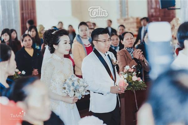 Lễ cưới tổ chức tại nhà riêng của cô dâu với lượng khách khoảng 1.000 người và có thêm một điểm đặc biệt là đãi tiệc không nhận phong bì. Riêng ở Sài Gòn, tổ chức ở nhà hàng cưới với khoảng 2.000 khách.