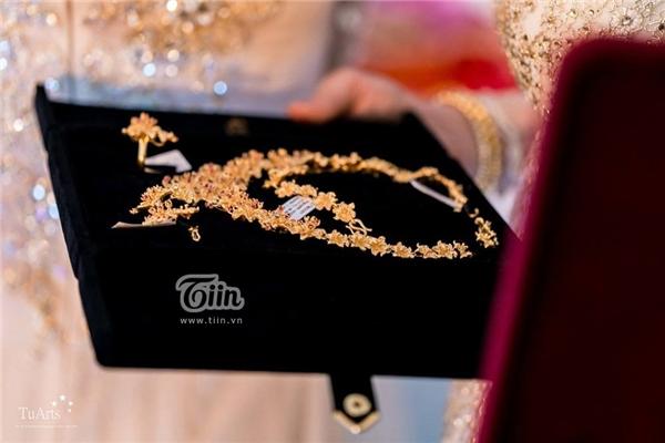 Thông tin chi tiết của cô dâu - chú rể cũng khiến cho nhiều người tò mò song cả hai đều giữ kín, họ chỉ tiết lộ cặp đôi hiện đang làm trong lĩnh vực kinh doanh và là những người 'siêu điều kiện'.