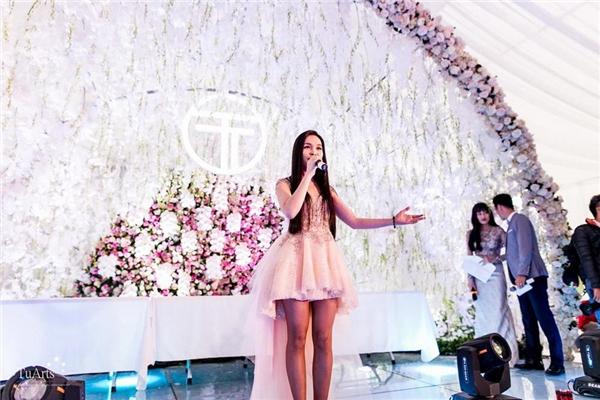 Tiệc cưới của cặp đôi ở Sài Gòn còn mời nam ca sĩ Lam Trường và ca sĩ Hiền Thục hát chúc mừng.