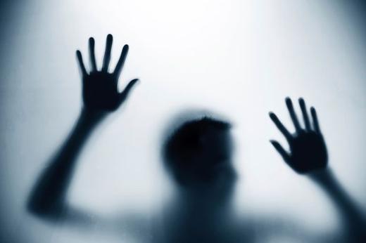 Nếu mơ thấy mình đang mắc kẹt, có lẽ cuộc sống của bạn đang bí bách, tù túng.(Ảnh: Internet)