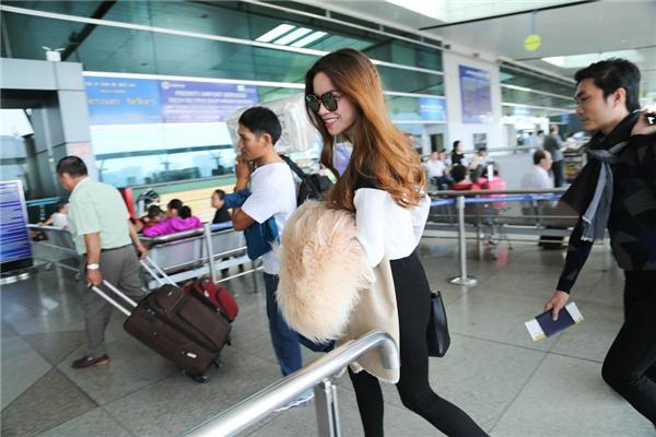 """""""Nữ hoàng giải trí"""" Hồ Ngọc Hàcũng có mặt tại sân bay. Được biết, đây là lần thứ 2 cô được gặp gỡ với danh thủ điển trai đến từ nước Anh. - Tin sao Viet - Tin tuc sao Viet - Scandal sao Viet - Tin tuc cua Sao - Tin cua Sao"""