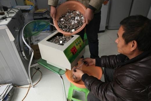 Trước đây, ông Trươnghợp tác với cácchuỗi siêu thị và căn tin trường học để đổi số tiền xu. (Nguồn News.163.com)