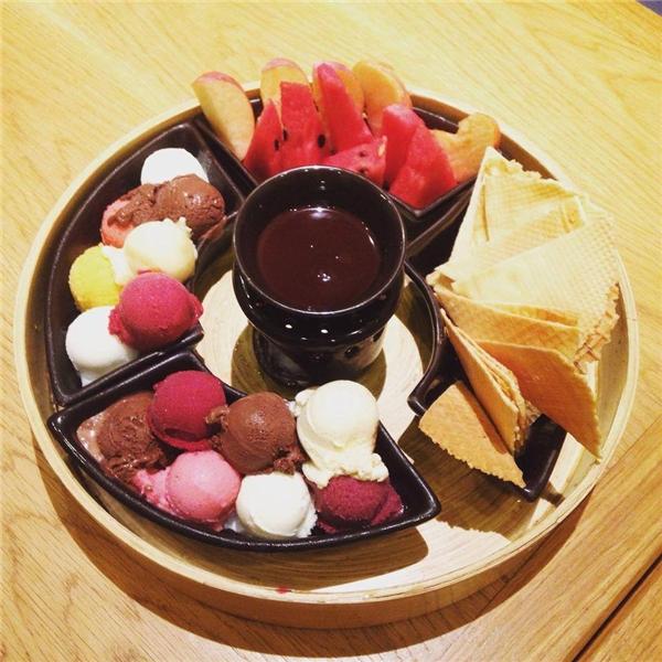 """Lẩu kem nhiều màu, nhiều vị ăn kèm với nước sốt sô-cô-la, chỉ nghĩ đến thôi cũng đủ """"chảy nước miếng"""". (Ảnh: Internet)"""