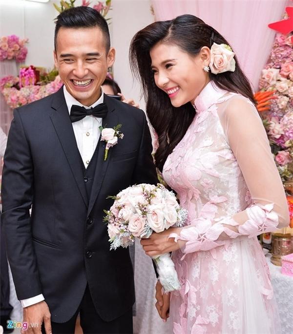 Thúy Diễm và Lương Thế Thành trong lễ đính hôn vào đầu tháng 10/2015. - Tin sao Viet - Tin tuc sao Viet - Scandal sao Viet - Tin tuc cua Sao - Tin cua Sao