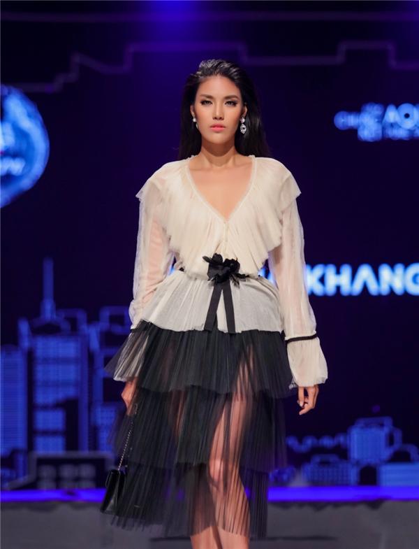 Vẻ đẹp vừa ngọt ngào vừa hiện đại, cá tính của Lan Khuê luôn giúp cô phù hợp với nhiều tiêu chí của làng mốt Việt.