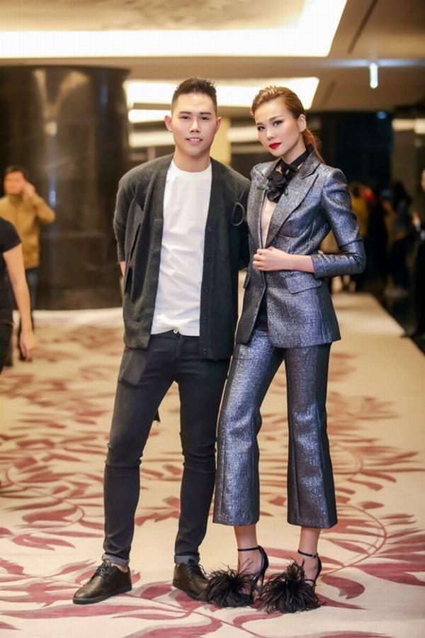 Trên thảm đỏ, siêu mẫu Thanh Hằng đẹp lộng lẫy khi diện bộ vest ánh kim nổi bật của Lâm Gia Khang.