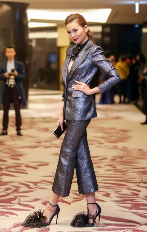 Với thiết kế vest xẻ xâu, người đẹp úp mở khoe vòng một đầy đặn.