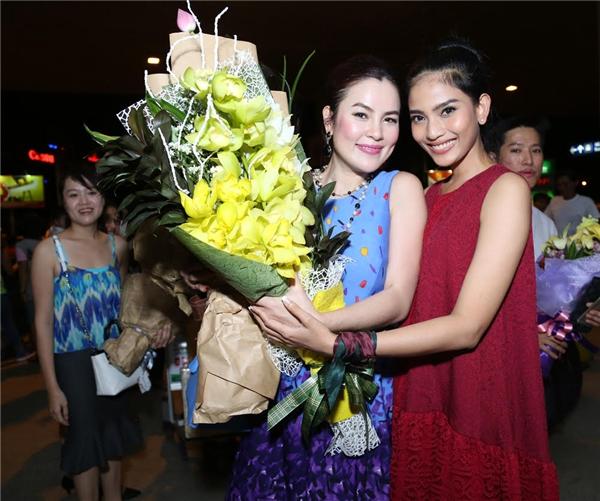 Á hậu dân tộc 2007tỏ ra vui mừng khi gặp lại nữ doanh nhân trẻ Phương Lê.